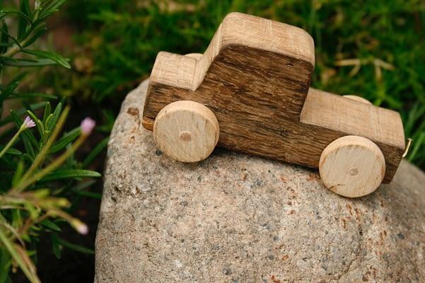 drewniany samochodzik
